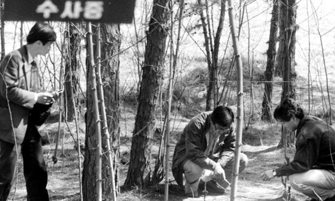 Cảnh sát điều tra những vụ giết người ở Hwaseong thập niên 1980. Ảnh: JTBC.